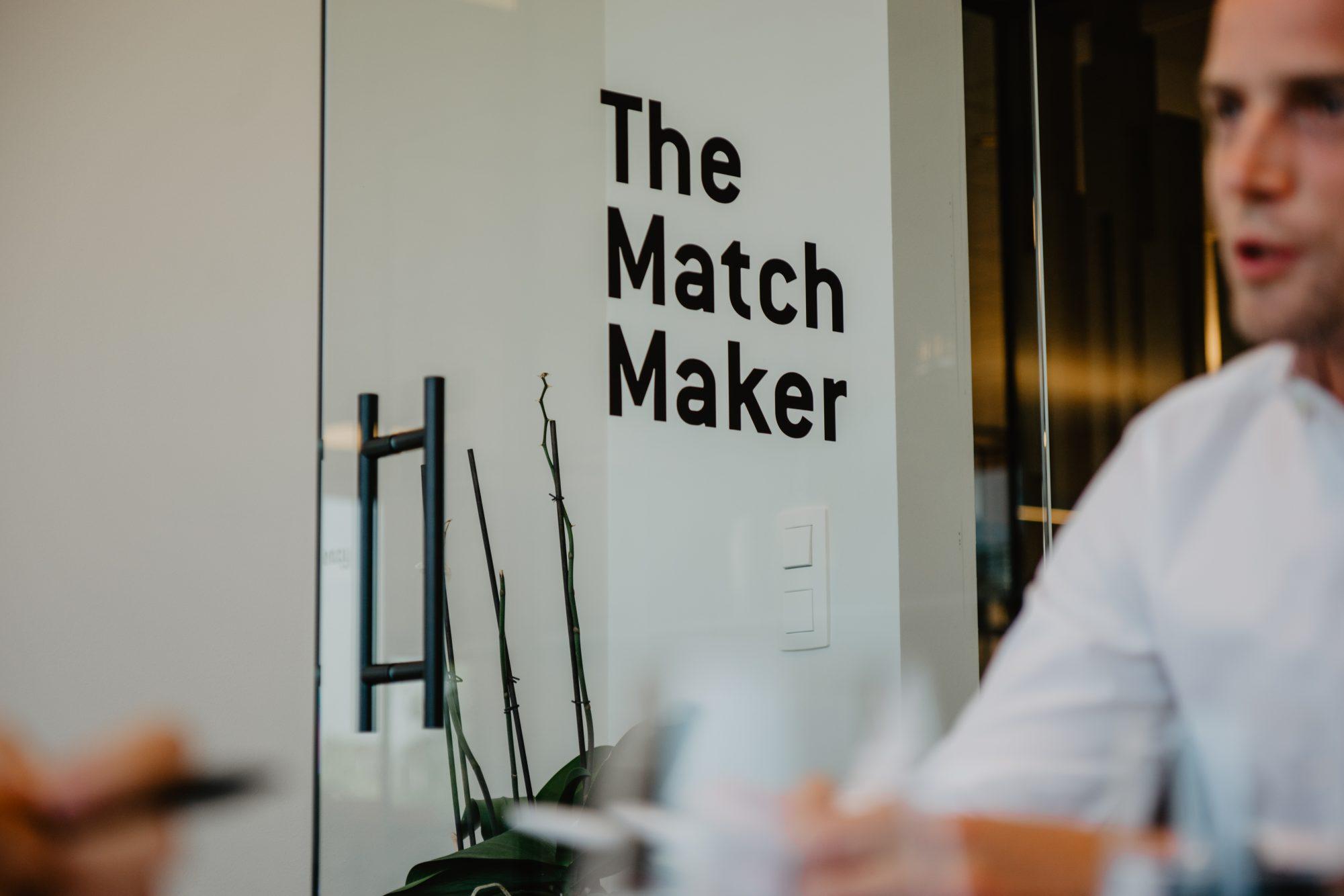 een glazen deur met de woorden: The match maker