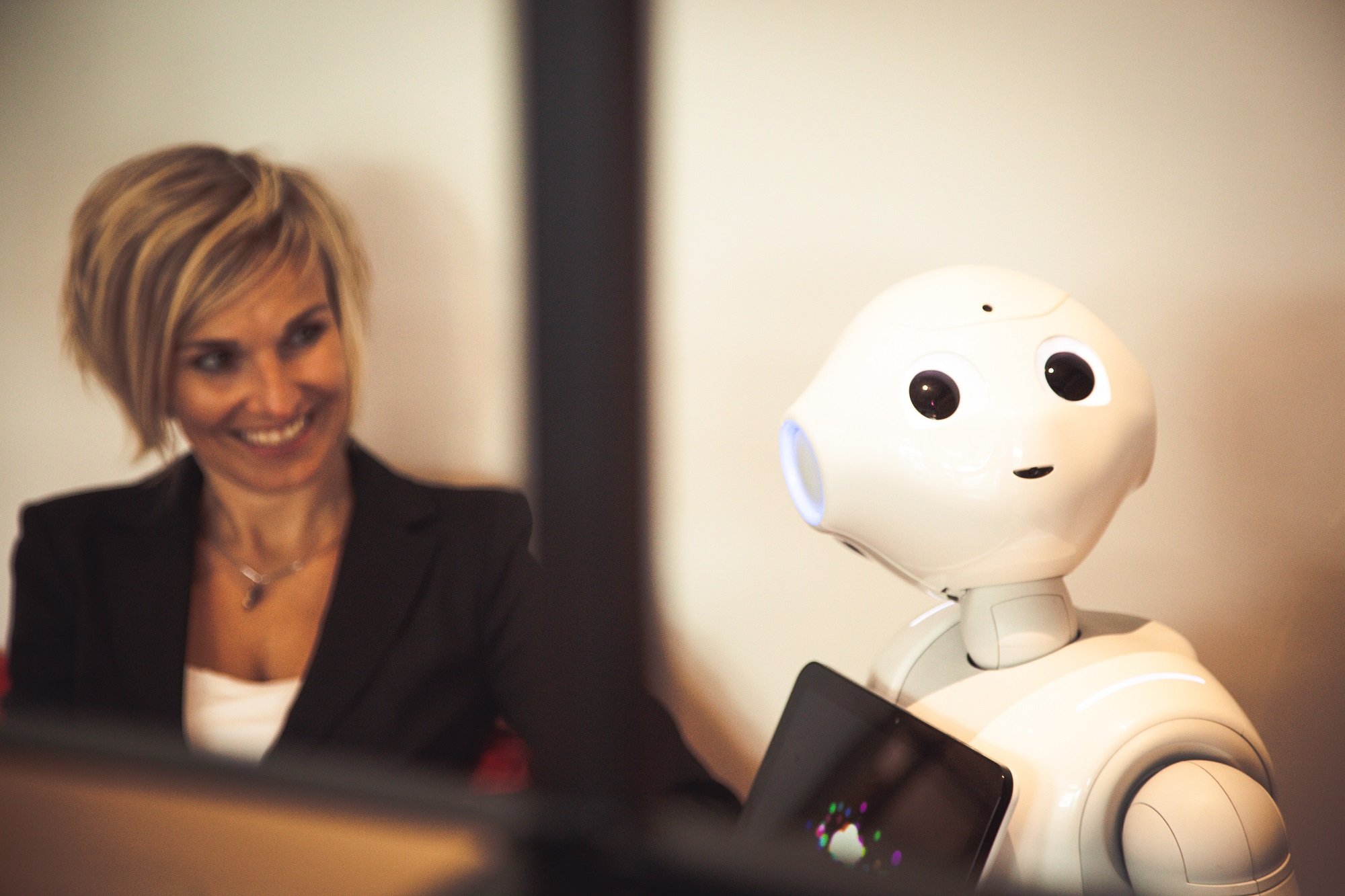 Iemand die kijkt naar een robot
