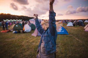 vrouw die danst op een camping